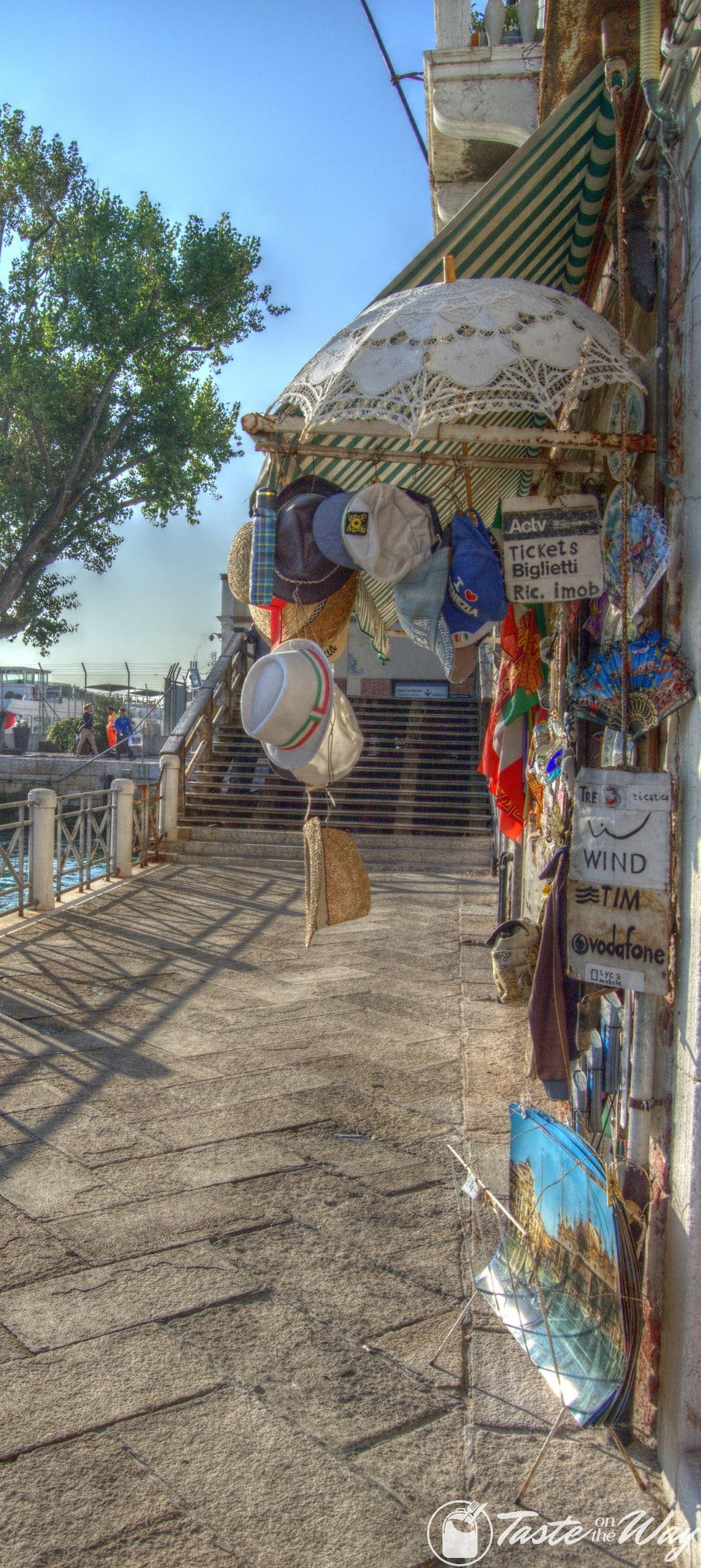 Check out these amazing pictures of souvenir shops in #Venice #travel #photography #hdr
