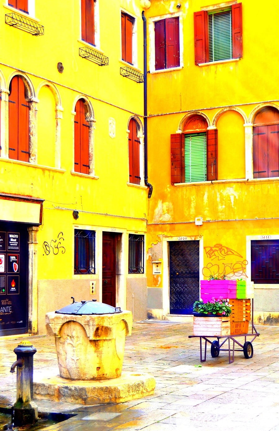 One of the top 10 fun #ThingsToDo in #Venice, #Italy is to discover all the colors of the city. Check out for more! #travel #photography @tasteontheway